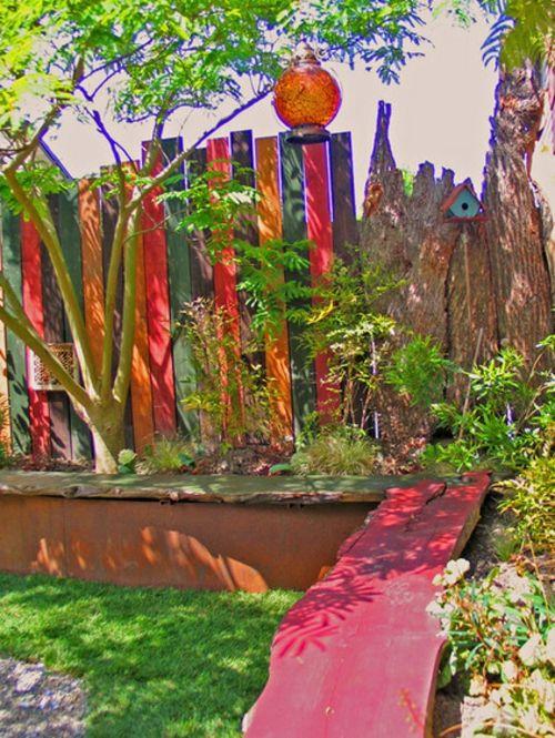 Origineller Sichtschutz im Garten landschaft holzzaun bunte platten