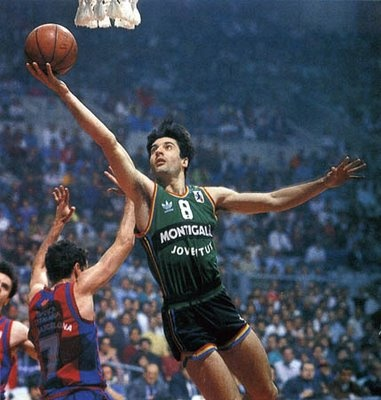 Jordi juega al baloncesto los lunes. Él usa una bola.