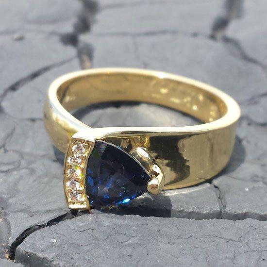 Glory 1 ring gemaakt van 14 karaat goud met prachtige diamanten en blauwe saffier. #gold #sapphire #diamonds #diamondsbyme