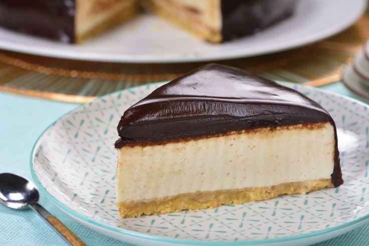 Este pastel de leche condensada cubierto de chocolate sobre una base de galletas marías molidas es espectacular, el relleno cremosito de leche condensada tiene el sabor perfecto y suave, que a todo el mundo le va a encantar.
