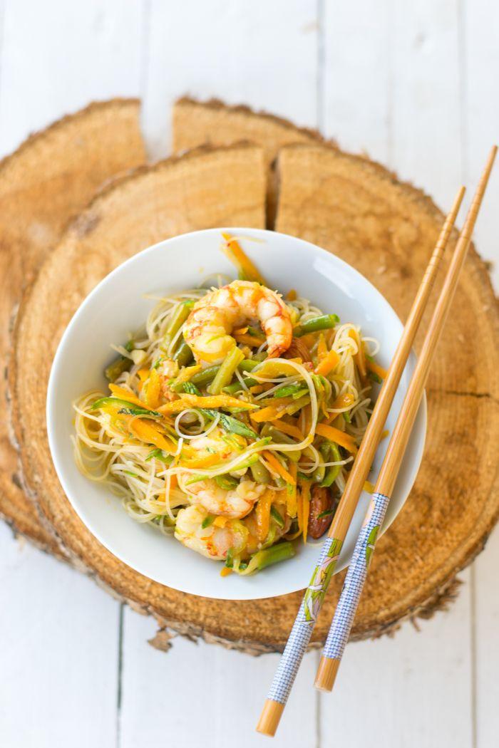Spaghetti di riso con gamberi e verdure croccanti
