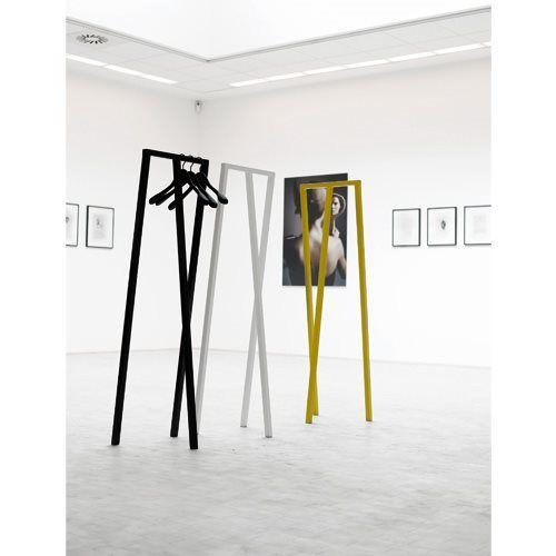 Is het een kapstok of een kunstwerk? Wat ons betreft is het allebei. Hay blinkt uit in het ontwerpen van minimalistische, functionele designstukken en dat blijkt wel uit deze staande kapstok genaamd Loop. Tip: hang er kledinghangers aan!