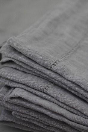 Grijs, één van de kleuren die me doet denken aan de 'stijven'. Zij dragen grijze en sobere kledij.