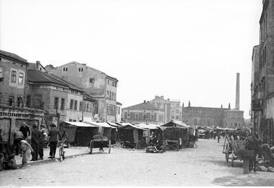 Ulica Szeroka w Krakowie. Widoczne targowisko. W tle Stara Synagoga. Data wydarzenia: 1936-04