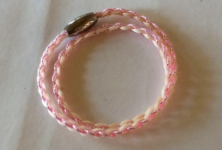 Hvide hestehår og lyserød pvc-wire. Rigtig piget design :-)