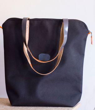 Duża, czarna torba z tkaniny typu cordura z szarymi rączkami. #blackbag #bigblackbag #textilebag #handcrafted