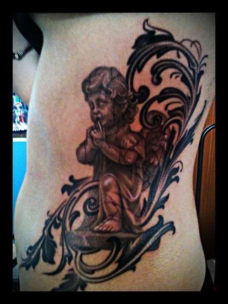 """veronicaaslinn  #casttattoo  In redazione stanno arrivando tantissime foto di tatuaggi con storie bellissime.  Grazie a tutti e continuate così!  Ecco il tatuaggio di """"veronicaaslinn"""".  """" Questo tatuaggio rappresenta il mio passato, che metto a tacere. Ho deciso di rappresentare la mia infanzia con la figura di un """"angelo bambino"""" e rappresentandolo ho deciso di mettere a tacere per sempre il passato. """"  http://tattoo.codcast.it/"""