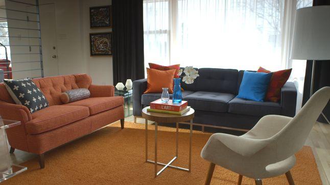 Ce salon rayonne avec ses chauds coloris tant au niveau de la moquette que des causeuses et des accessoires.
