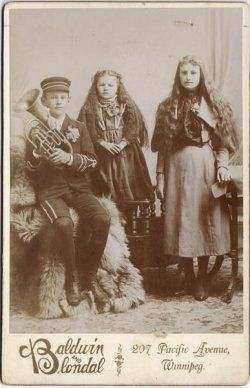 The child in the middle is Laura Goodman Salverson, the Winnipeg Icelandic North American author.