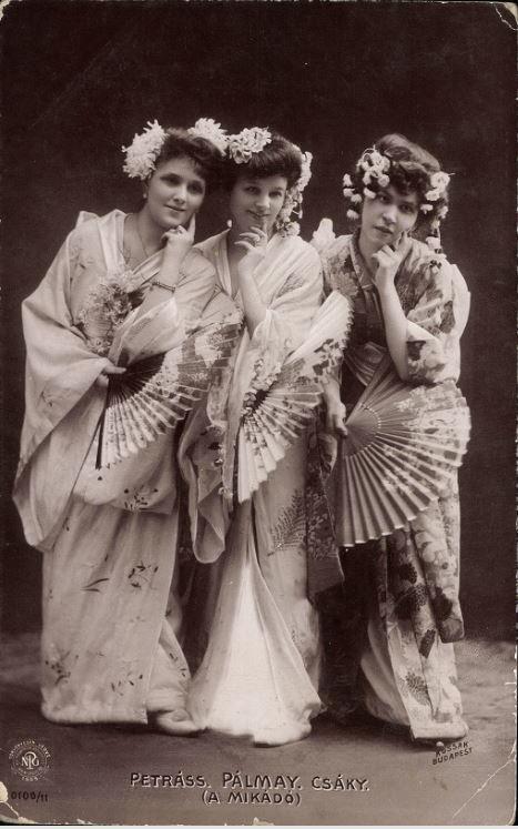 Petráss Sári, Pálmay Ilka, Csáky a Mikádó című operettben (1886) - Forrás: postcards.hungaricana.hu