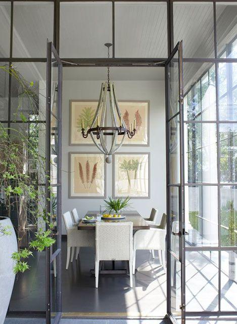 Mai come in questo periodo le nostre case si aprono all'esterno, vivendo quegli spazi che non sono altro che estensioni naturali della casa. Portici e verande diventano il nuovo living outdoor.
