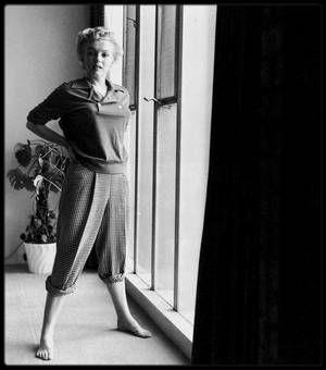 """1951 / (Part II) Marilyn lors du tournage du film """"Clash by night"""" / CRITIQUE and SYNOPSIS / Réaliste, Le démon s'éveille la nuit l'est sans aucun doute. Mais le film se rattache néanmoins par son scénario à certains thèmes de prédilection de LANG, plaçant notamment au centre de l'intrigue une figure féminine. Dans la filmographie du cinéaste, il succède ainsi à """"Rancho Notorious"""" et anticipe sur """"The Blue Gardenia"""", deux films mettant également au centre du conflit une figure de femme. Dans…"""