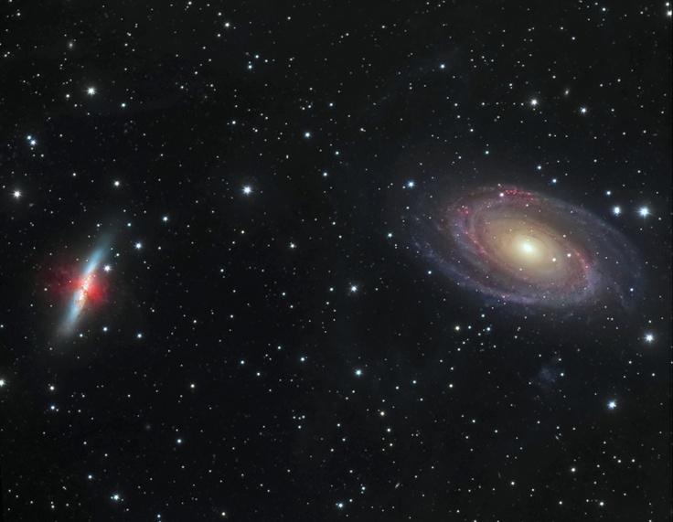 M81, situada a la derecha de la imagen, y M82, a la izquierda, son dos galaxias de tamaño similar a nuestra Vía Láctea que se encuentran en la dirección de la constelación de la Osa Mayor. Ambas están atrapadas en un combate gravitacional desde hace unos 1,000 millones de años. La gravedad de cada galaxia se deja sentir dramáticamente en su compañera.