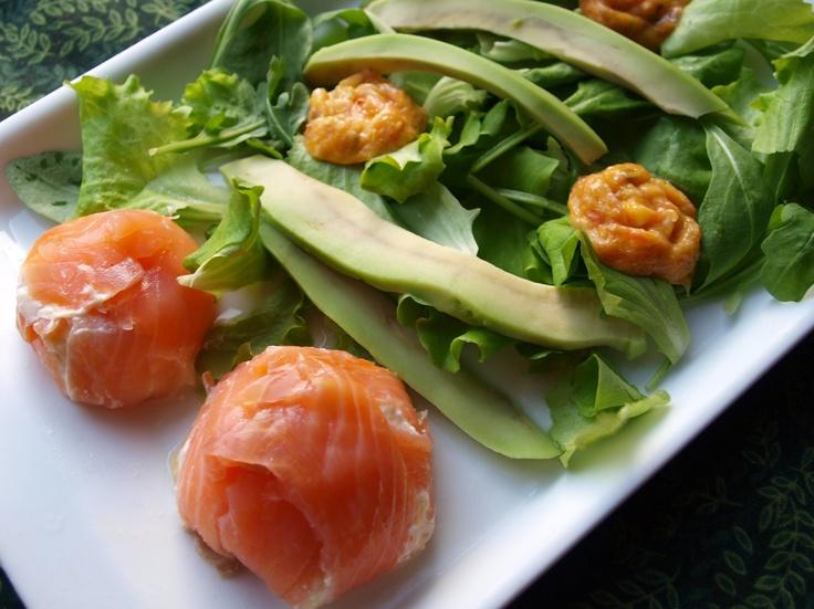 Sformatini di salmone con cuore morbido ed insalata con avocado e ghiaccioli di pesto agli agrumi