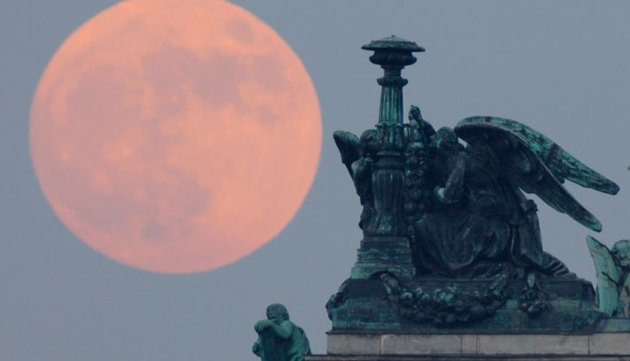 Super Moon, St. Petersbourg. Russia. Photo: Dmitry Lovetsky / AP    LIKE and REPIN :)