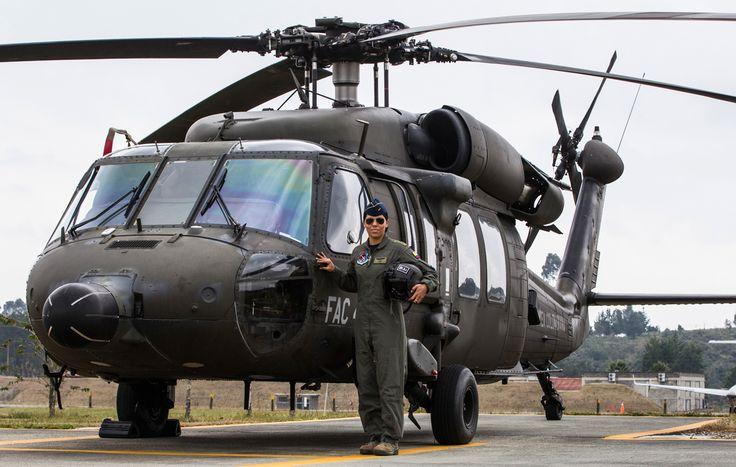 La Capitán María Alejandra Charry Guilombo es hoy la primera mujer piloto al mando del equipo UH-60 Black Hawk en la Fuerza Aérea Colombiana. Llega a este lugar luego de haber recorrido el camino que comenzaron sus compañeras a fines del siglo XX, y que ella marca para las futuras generaciones.