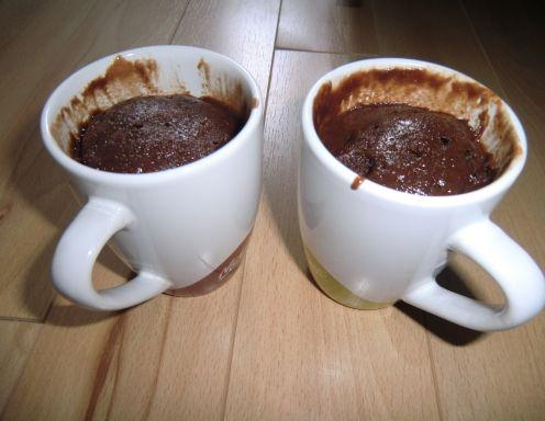 Für den Nutella-Mikrowellen-Kuchen alles in einer Tasse (bei kleinen Tassen 2 verwenden) verrühren und für ca. 5 Minuten in der Mikrowelle bei ca.