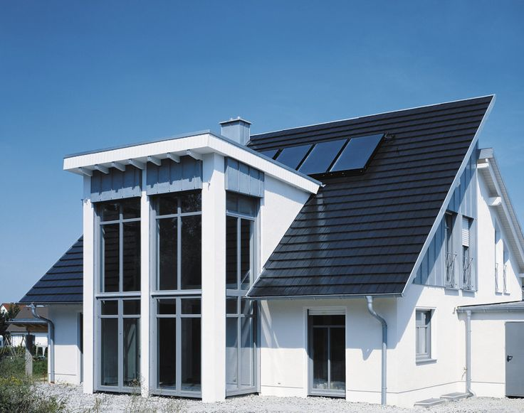 Moderná plochá pálená keramická škridla CREATON DOMINO. Hospodárna strešná krytina so spotrebou škridiel cca. 12,4 ks/m² pre progresívnych majiteľov rodinných domov.
