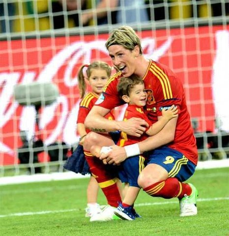 Fernando Torres and his kids at the 2012 Euro Cup finals. how adorable is he?????
