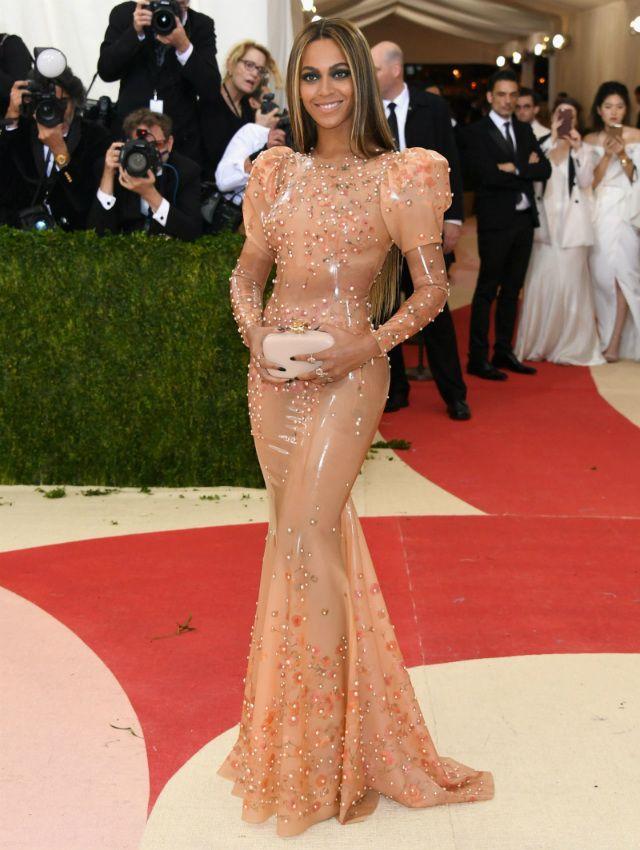 Beyoncé komt alleen naar het MET Gala in een wel hele sexy latex(!) jurk | ELLE