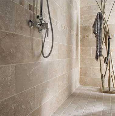 Carrelage en pierre naturelle sol et mur dans une salle de bain zen Travertin l.10 x L.10 cm  Artens coloris ivoire, finition mate 29.96 € / m² Leroy Merlin