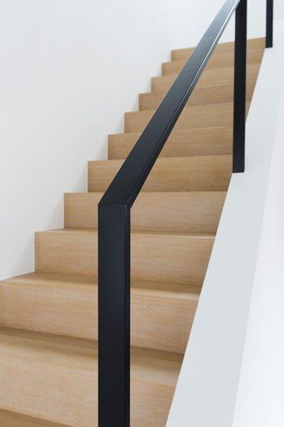 BINNENKIJKEN. Op rust in eigen tuin - De Standaard - trap Mooie combinatie wit, hout en zwart metaal: