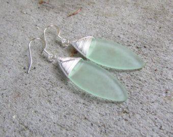 Boucles d'oreilles verre mer culture seaglass moussues plage de couleur verte en verre bijoux Boucles d'oreilles-demoiselle d'honneur boucles d'oreilles en forme de larme boucles d'oreilles  Ces perles sont une mer givré fabriqué en verre.  Ceux-ci viennent sur des attaches dormeuses plaqué argent.  Lenroulement du fil est un fil dargent artisanat.  Elles pendent vers le bas de 1 3/4 du haut de la tige ou 43 mm pour mes amis métriques.  Sil vous plaît voir photo dans la main pour référence…