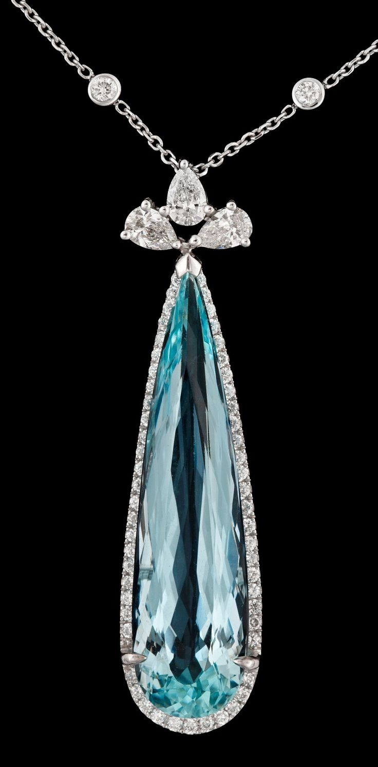COLLIER WITH DROPPSLIPAD aquamarine 12:55 CT, DIAMONDS TOTAL 1:59 CT. 18K vitguld. Längd kedja of 45 cm. Höjd Hänge of 45 mm.