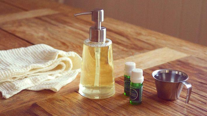-Jeg får ofte spørsmål om hvordan man kan lage sitt eget naturlige oppvaskmiddel. Faktisk er det få ting som er enklere å lage selv. Her viser jeg deg hvordan.