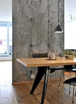 Spisestu med betongvegg i bakkant
