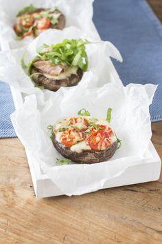 """Francesca van Berk kennen we natuurlijk vanhaar blog Francesca Kookt!,maar deze week brengt ze haar eerste (kook)boek Mag ik nog een Hapje? uit over de culinaire opvoeding van kinderen. Wij mogen er een recept uit delen, en wel voor deze heerlijke portobellopizza's. """"Pizza's maken zonder deeg, kan dat? Jazeker, daarvoor zijn portobellopaddenstoelenzeer geschikt. Kinderen kunnen …"""