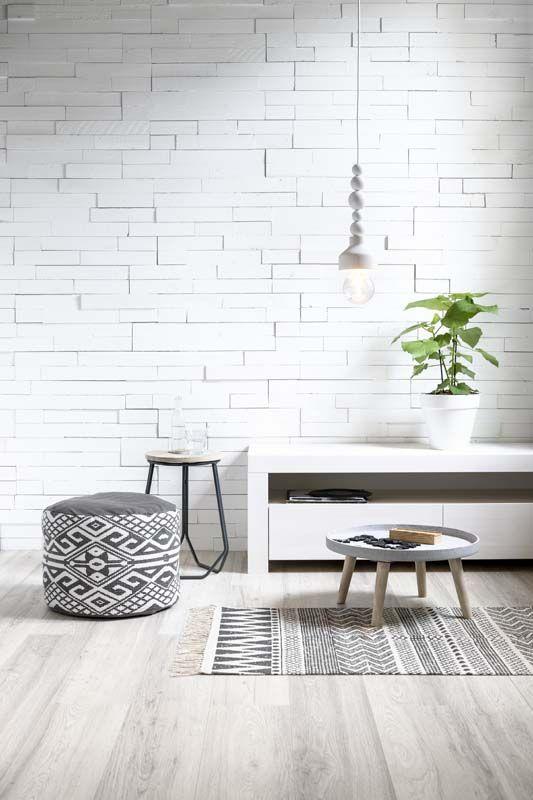 KARWEI | In een neutrale woonkamer kun je verschillende prints en motieven combineren, zoals de poef en het vloerkleed.