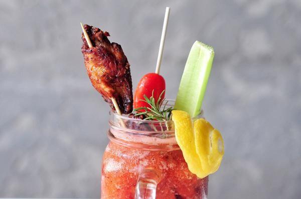 Жареные куриные крылышки в соусе «Кровавая Мэри»
