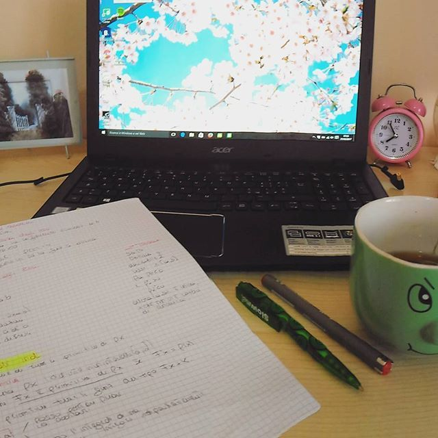 【arianna.r.25】さんのInstagramをピンしています。 《Bellissima la matematica alle 8 del mattino e il tè in tazze da persona adulta #studying #maths #cherryblossoms #hanami》