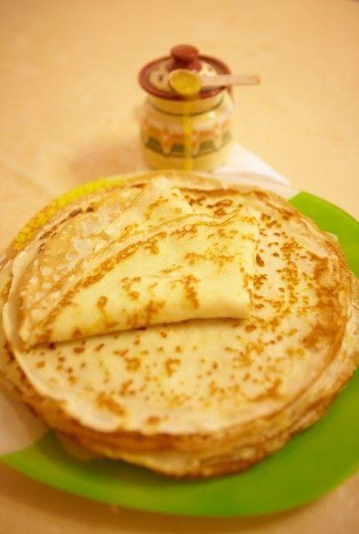 Палитра: 160 г муки, 2 ст.л. сахара, 400 мл молока, 4 яйца, 40 г сливочного масла, 1 ст.л. тертой лимонной или апельсиновой цедры, щепотка соли Создание шедевра: Молоко…
