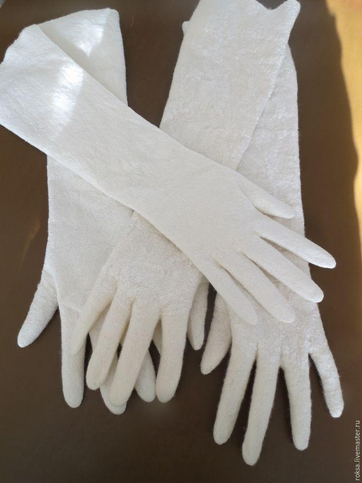 Продолжаем валять наши перчатки. Начало мастер-класса здесь — подробная выкройка, раскладка, валяние в рулоне. Мы остановились на процедуре полоскания только что снятых с выкройки перчаток. Выполаскиваем и расправляем наши перчатки, особенное внимание уделяем пальцам и краю, все делаем очень нежно и аккуратно: После полоскания снова намыливаем перчатки, гелем или шампунем.