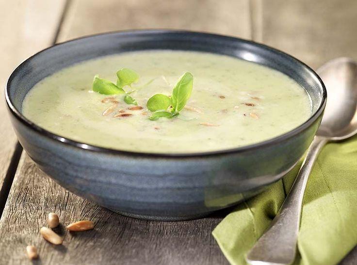 Courgettesoep met pijnboompitten & basilicum - 9 -   1 courgette     1 takje basilicum     1 sjalot     2 dl amandelmelk     3 eetl. pijnboompitten     1 L groentebouillon   2 eetl. olijfolie     peper en zout