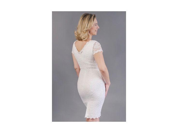 Bílé krajkové pouzdrové šaty elegantní pouzdrové šaty z bílé krajky hlubší V výstřih na předním i zadním díle poudrová sukně ukončená bordurou možná úprava střihu a ušití na míru