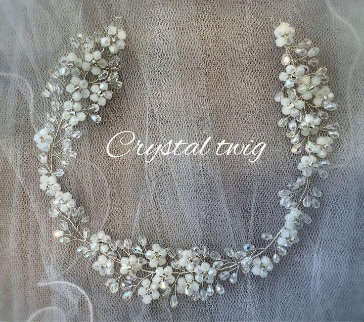 Купить или заказать Веточка в прическу невесты в интернет-магазине на Ярмарке Мастеров. Белые цветы из хрустальных бусин рассыпаны по серебряной веточке из прозрачного сверкающего хрусталя. Эту изящную универсальную модель можно носить на лбу, крепить на низкий пучок сзади по волосам, вокруг головы как веночек, располагать сбоку ассиметричный прически. Для крепления предусмотрены две петельки. Может крепиться шпильками/невидимками или завязываться с помощью лент.