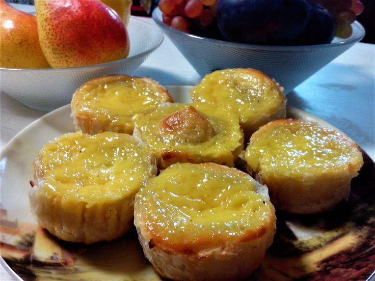 Необыкновенно вкусные пирожные из хрустящего слоеного теста с нежнейшим заварным кремом, благоухающим ароматами корицы и лимонной цедры.