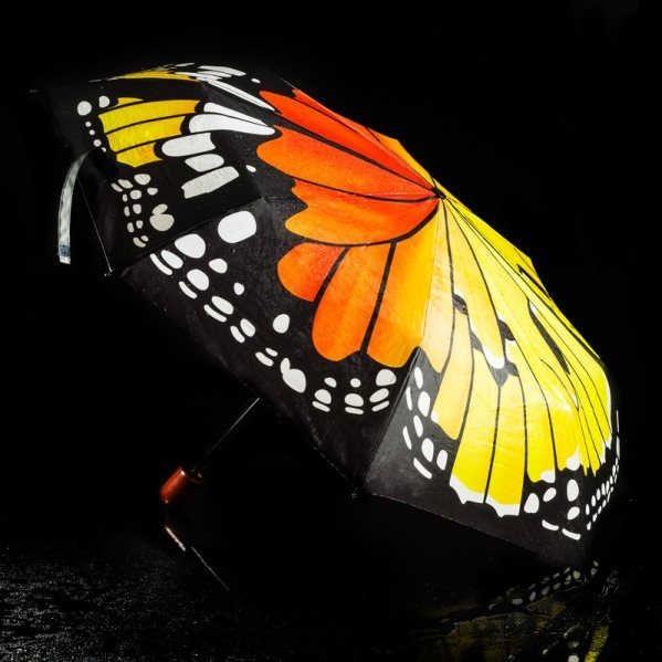 Porque hasta un paseo bajo la lluvia puede marcar estilo. Abre este paraguas plegable y despliega las increíbles alas de la mariposa Monarca. Elegante, original y único. Un magnífico regalo para la dueña de tu corazón Emoticono wink Disponible en web www.chehook.es y tienda física en C/ López Gómez 15 -Valladolid
