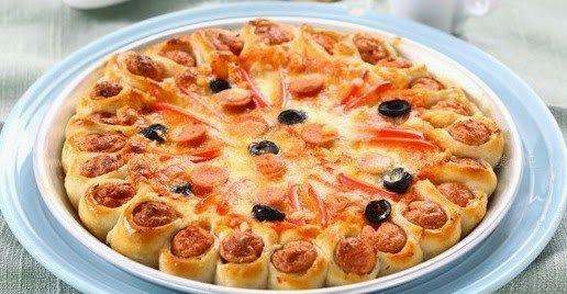 Τέτοια λαχταριστή pizza δεν έχετε ξαναφαει!!!!  Είναι τέλεια ιδέα για πάρτι για μπουφέ!Εγώ ξετρελάθηκα πάντως    Υλικά    Ζύμη για πίτσα (Τη συνταγή θα τη βρείτε ΕΔΩ    Υλικά για γέμιση  σάλτσα για pizza  γυρω στα 100 γρ κρεμά γάλακτος  1 κούπα τυρί γκούντα  1 ντομάτα