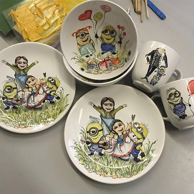 Подарок на день рождения🎂Два Одинаковых👌🏻набора😉-тарелка 22 см, пиала для первого и кружка,с забавными Миньонами были сделаны для двух очаровательных девочек близняшек🎨✍из прекрасного города Владивосток от нашей заказчицы @marinashapov ‼ждём фото…