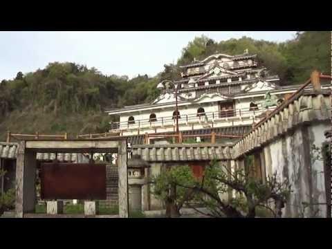 SAWAYAMA Castle個人で建てられた石田三成・佐和山城  The castle was built by the famous private museum  地図上では佐和山美術館。無料で入れます。JR彦根駅を米原駅方向に進み、米原駅方向の右手に目立つ建物があるので  見に行きました。それが佐和山遊園。別館として石田三成の佐和山城があります。  ウィキペデイアによると1976年から建築ですから  35年経っているわけですよね。他の方のブログと違うのは  石田三成の絵年表部分は絵がなくなっています。    近所の方に、山田が聞くと、この遊園の持ち主の方は遊園  の下に大きな建物があり、そこにお住まいとの事。  まだ2棟ほど建築中ではあります。    ヤフー地図には佐和山美術館とあります。  美術館はし...