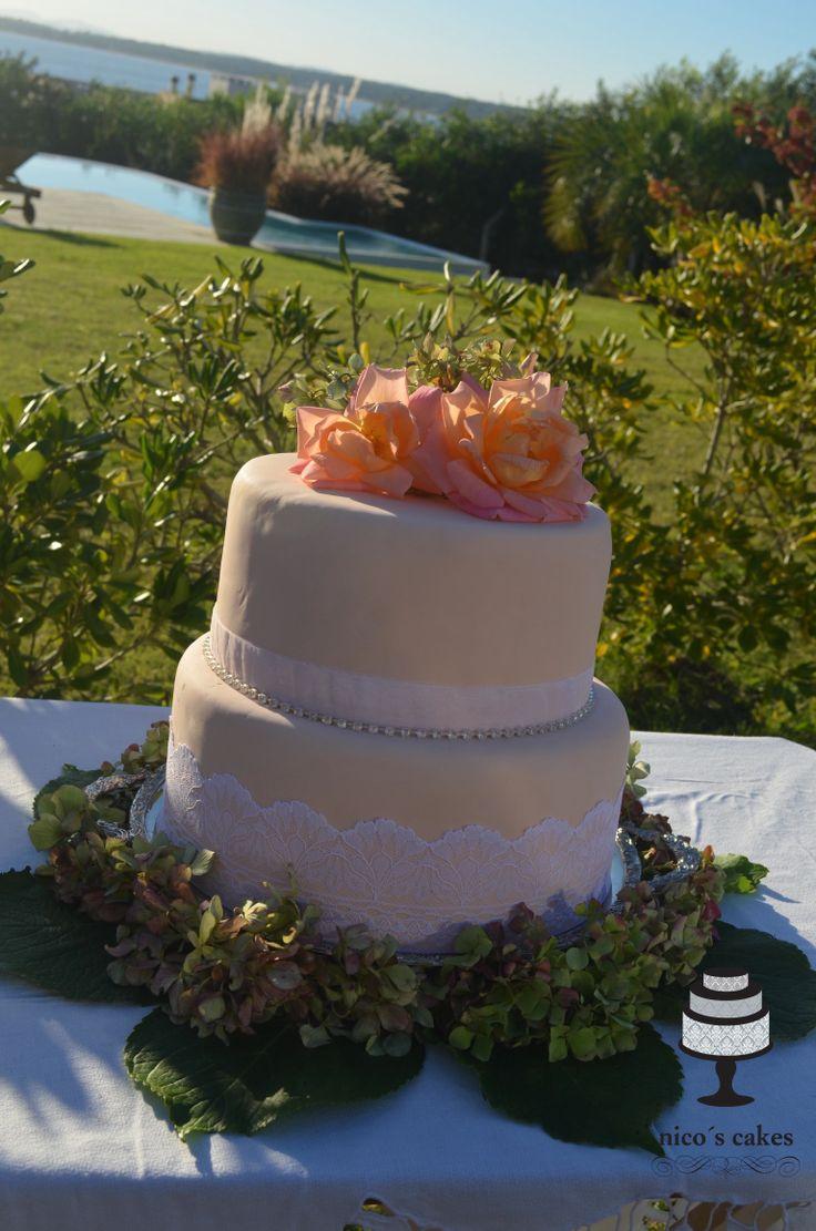Wedding cakes, torta de bodas, recepción en casa de playa, área con piscina.