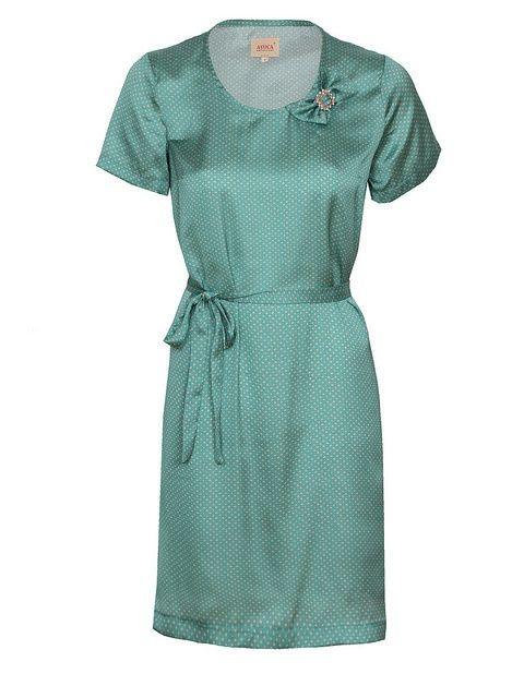 De Catnip Tunic Dress van Avoca is een prachtig satijnen jurkje met korte mouwen, bijpassende riem en énig diamanten (nep, natuurlijk) broche. Zeegroen of licht turqoois, een prachtige kleur met zachtroze stipjes. Lengte is +/- 90.5cm, de jurk is gevoerd en gemaakt van een soepele en lichtglanzende satijn.    Catnip Tunic. Beautiful satin dress/tunic with short sleeves, matching belt & lovely bow diamante brooch, 100% Polyester, Lined, Length aprox. 90.5cm, made in the EU.