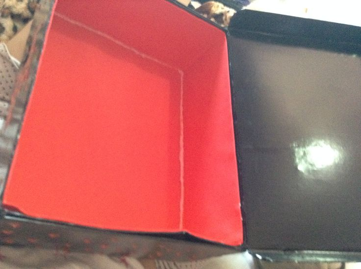 Cobri as partes que tinha furo na caixa com papel de casca de ovo e revesti a caixa com  contact preto. Decorei com tinta auto relevo(acrilex) e forrei o fundo da caixa com emborrachado. Etapa 3