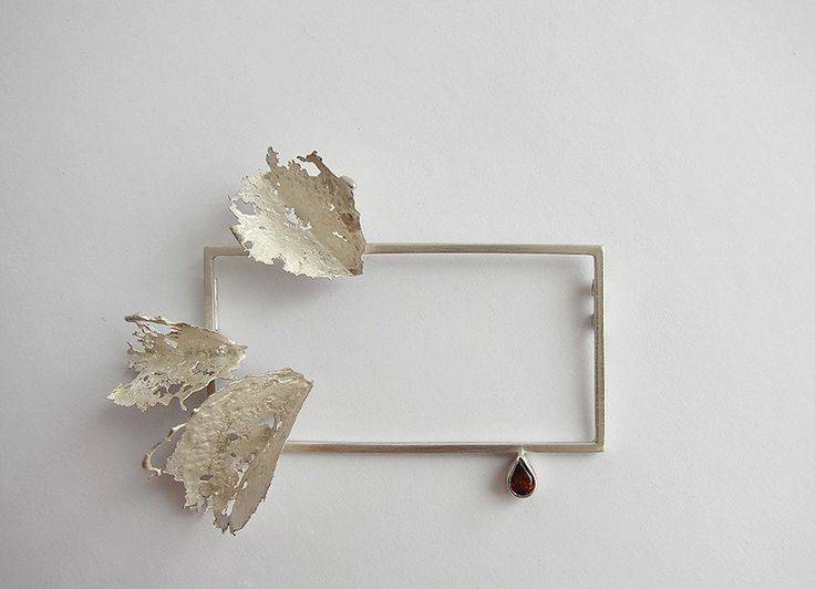 Andra Lupu - crushed - brooch - 925 silver, garnet