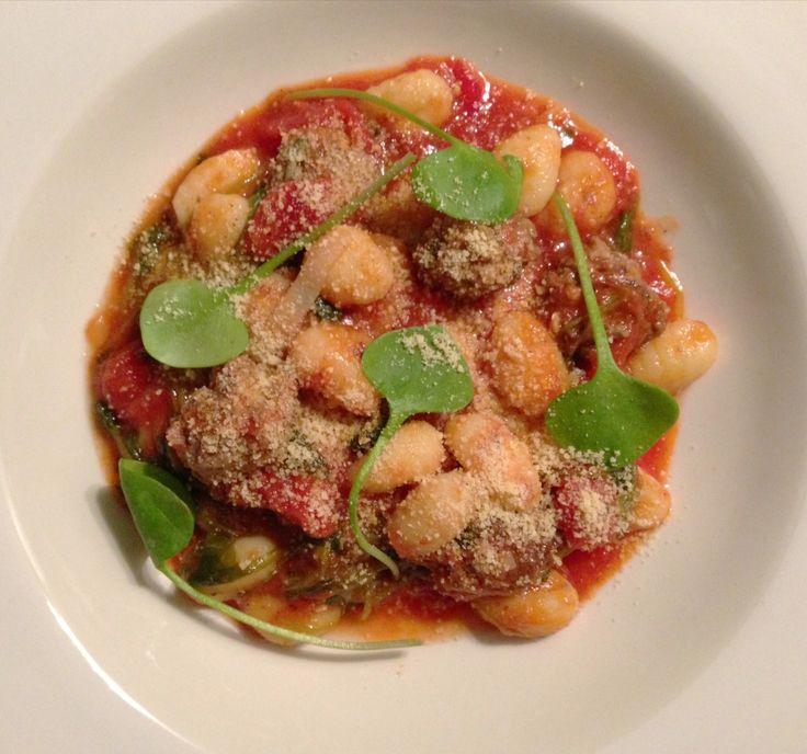 Recept voor gnocchi met winterpostelein, tomatensaus en knoflook-salie gehaktballetjes.