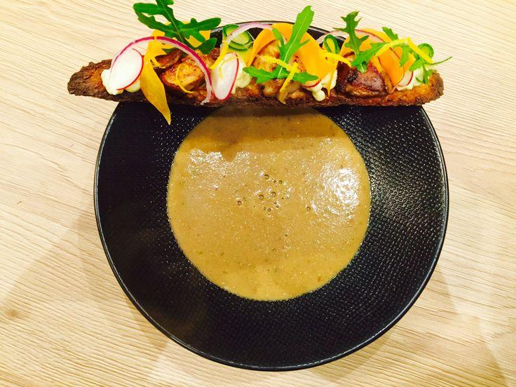 Essayez la recette de soupe de cèpes et sa tartine aux légumes. Recette idéale pour se réchauffer pendant les journées d'hiver.